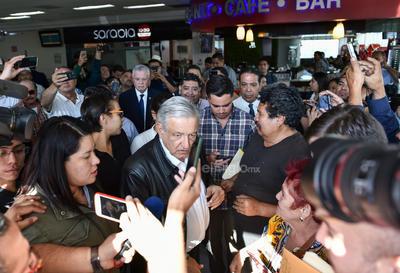 López Obrador recibió distintas peticiones.