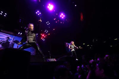 Iron Maiden celebra su regreso a México con sobrero de charro