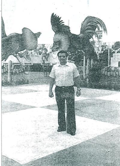 El locutor Antonio Lozoya Pérez en una fiesta mexicana celebrada el 15 de septiembre de 1976, organizada por el Manuel Muñiz socorrista de la Cruz Roja en 1962. grupo Oir Laguna.