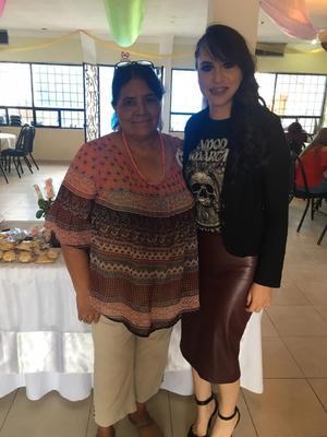 28092019 Alma Yazmín acompañada de su suegra María del Rosario Villegas.