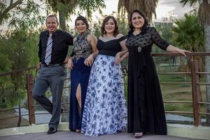 29092019 José Martínez y Blanca Aracely Hernández celebraron sus bodas de plata en su 25 aniversario el pasado 12 de agosto, estuvieron acompañados de sus hijas, Dulce Sofía y Lic. en Enfermería, María José Martínez Hernández.