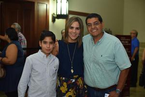 28092019 DISFRUTAN DE CONCIERTO.  Eddy, Daniela y Eduardo.