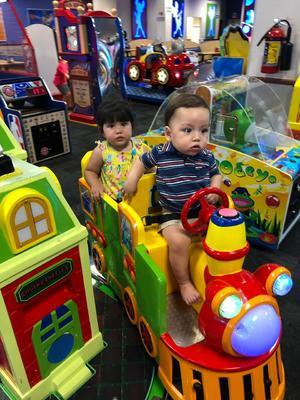29092019 SE DIVIERTEN.  Los pequeños Gabo Tostado de Anda y Majo Quiroz de Anda.