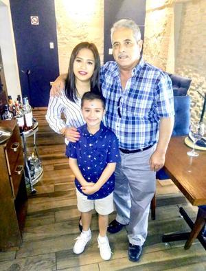 30092019 GRATOS MOMENTOS.  Felipe García Martínez festejando el cumpleaños de su hija Olga Brenda García; los acompaña Iker.