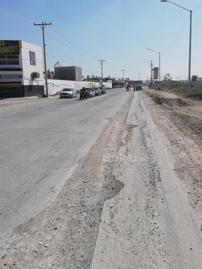Desde hace un año. Los vecinos mencionan que desde el año pasado se abrieron las vialidades y no se colocó pavimento, por lo que deben transitar en estas condiciones, tanto en la calle como en el paso peatonal de tierra.