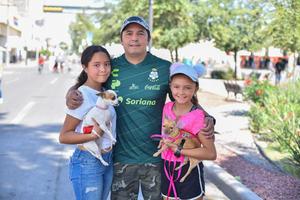 01102019 Luis, Ana Paula y Luisa; con sus mascotas, Ivana y Reni.
