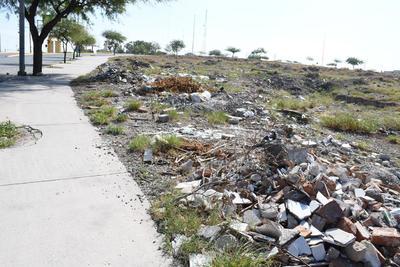 Contenedor de desechos. El lecho seco del Río Nazas es un gran contenedor de desechos por parte de la ciudadanía, sin que se realicen acciones de limpieza.