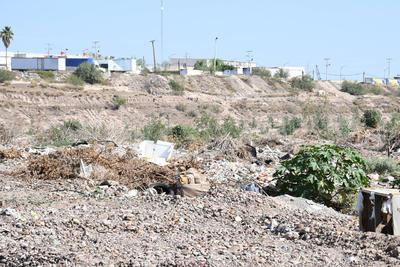 Escombro. En el lecho se pueden encontrar distintos tipos de residuos. Sin embargo, gran parte de la basura es escombro o ramas de árboles.
