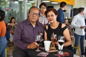 02102019 EN UN BRINDIS.  Humberto y Alina.