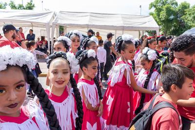 Inclusive presentaron bailes folclóricos mientras avanzaban entre el contingente.