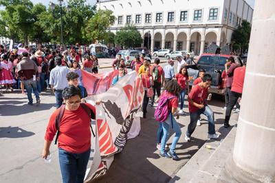 En dicha manifestación participaron principalmente niños y jóvenes de instituciones educativas de nivel básico y medio superior.