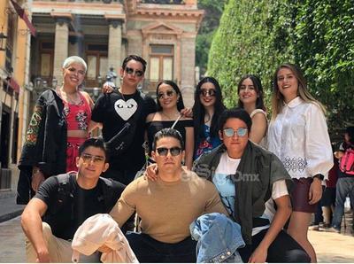 Manuel Alvarado y sus amigos disfrutando de un viaje estudiantil.