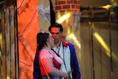 La Plaza de Sevilla dio inicio a la dramática historia de amor y celos en cuatro actos, bajo la dirección artística de Jorge Armando Casanova y la dirección de escena de Arturo Rodríguez Torres.