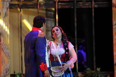 Tiempo después, entre varios percances, lo lleva a abandonar a 'Micaela', a la milicia y a unirse a un grupo de contrabandistas. Es ahí que se marca el tercer acto, en la guarida, donde los celos de 'Don José' comienzan a molestar a 'Carmen', quien después de conocer al vitoreado torero 'Escamillo' (Arturo Rodríguez) decide rechazar el amor del ex militar, aprovechando que él tuvo que viajar para despedirse de su madre enferma.
