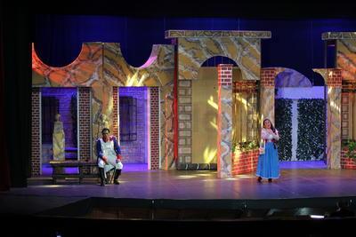 Fuera de la plaza de toros se desarrolla la última parte. 'Don José' vuelve e intenta conseguir el perdón de 'Carmen', quien le confiesa que está enamorada de 'Escamillo'. Dolido, 'Don José' no controla sus impulsos y apuñala a su amada hasta la muerte.