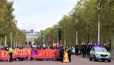 Su principal forma de protesta consiste en bloquear accesos, ya sea de tráfico o a edificios.