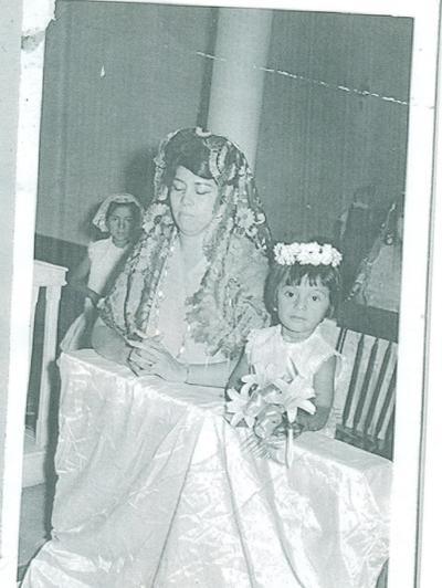 Presentación de 3 años de la niña Mary Tere Limones en compañía de su madrina, Josefina de Salazar, en el año de 1966.