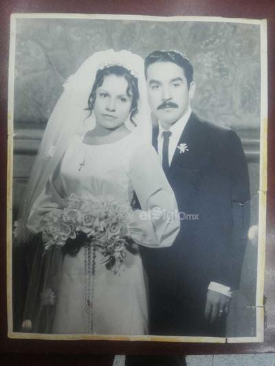 María de los Ángeles Saucedo Rivera y Jesús Gallegos Esparza el 20 de septiembre de 1970, en la iglesia Soledad en Torreón, Coah.
