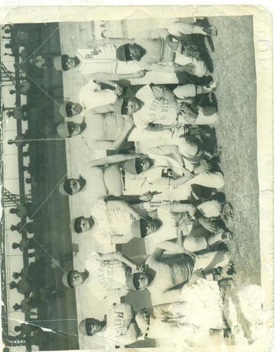 Equipo de béisbol integrado por compañeros que trabajaban en los diferentes departamentos de Ferrocarriles Nacionales de México, en el año de 1967, en el estadio de la Secundaria número 74.