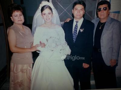 Ana y Sergio el día de su boda acompañados por sus tíos Luz y Pepe en 1999.