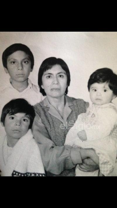 Gloria Rodríguez Guevara acompañada de sus hijos Pablo, Sergio y Bety en 1980.