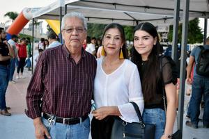07102019 EVENTO EN PLAZA MAYOR.  Armando, Patricia y Ximena.