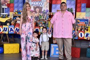 06102019 APAGA TRES VELITAS.   José Pablo Sigifredo en compañía de su hermana América y de sus papás Daniela y Sigifredo.