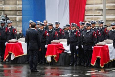Macron se mostró solemne.