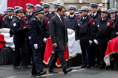 El acto tuvo lugar en un patio del cuartel general de la policía de París.
