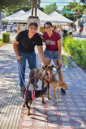 08102019 Víctor, Jocelyn y sus perros, La Diabla, Snoop y Cacahuate.