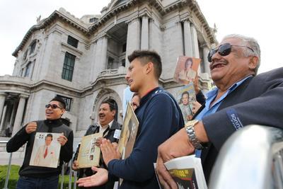 Mexicanos despiden al cantante José José en la Ciudad de México