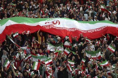 Sin embargo, hoy las mujeres iraníes rompieron un tabú con su entrada al estadio Azadi de Teherán.