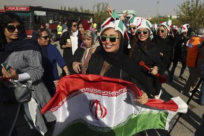 Desde el triunfo de la Revolución Islámica en 1979, las mujeres solo habían entrado al estadio a ver partidos de futbol masculinos en un par de ocasiones y por invitación.