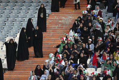 Con banderas iraníes, gorros con los colores nacionales y vuvuzelas, las mujeres comenzaron a animar en un ambiente ensordecedor más de dos horas antes de que arrancara el duelo, que terminó con la victoria aplastante de Irán por 14-0.
