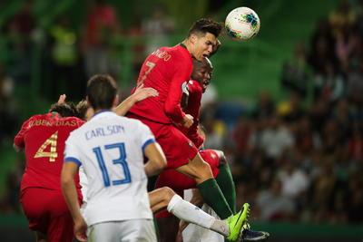 Cristiano Ronaldo anota en la victoria de Portugal rumbo a la Eurocopa 2020