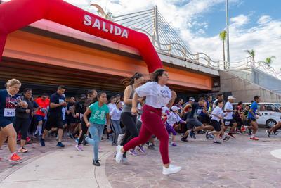 La unión hace la fuerza y cientos de corredores se dieron cita en las inmediaciones del Puente Baluartito para participar en la carrera Contra el Suicidio.