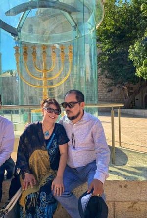 12102019 LAGUNEROS EN EL MUNDO.  Ely del Toro de Garza y Mario Alberto Garza Guerrero, teniendo como fondo la Menorá de oro en el Barrio Judío de Jerusalén.