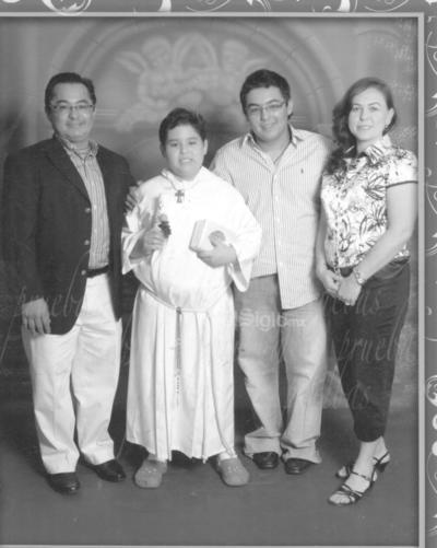 En una Primera Comunión. Jaime Roberto Muro, José Roberto Muro, José Alberto Muro Uribe y Mónica Uribe de muro. En una fotografía del recuerdo.