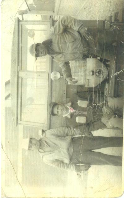 Trabajadores ferrocarrileros en la antigua carpintería hoy Museo del Ferrocarrilero, con un motor firmont de un cilindro. Ramón García Sánchez, motorista; José Vázquez Galicia, herrero clase b; y Juan Guzmán Morales, ayudante. Año de 1953.