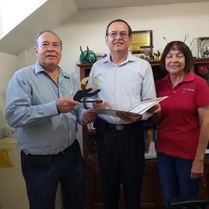 13102019 ENTREGA DE DIPLOMA.  Dr. Roque Márquez Robles rector de Universidad Meze y Lic. Alejandrina Gaytán, directora del área de Psicología haciendo entrega de Diploma de Responsabilidad Social a Dr. Fausto Cepeda Santos.