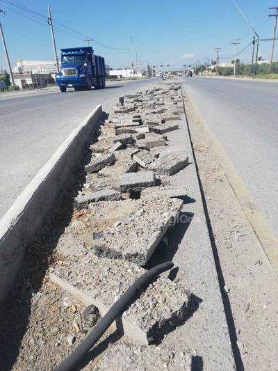 Riesgo. La gente tira desechos en la parte central de la carretera y esta situación genera peligro para los conductores de ambos carriles.