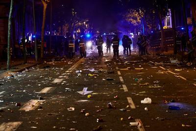 Hubo cargas policiales contra grupos radicales que arrojaron piedras a los agentes.