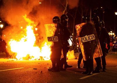 Se montaron decenas de barricadas de fuego, con densas humaredas.