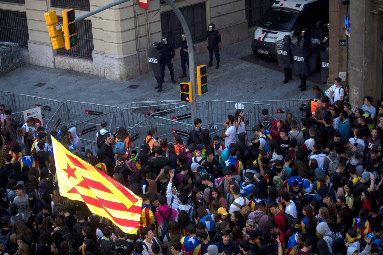Miles de estudiantes se manifiestan en Barcelona contra sentencia del 'procés'