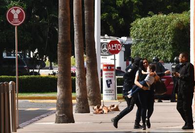En redes sociales se compartieron videos en los que se observaba a familias tratando de protegerse de las ráfagas de armas de fuego detrás de las camionetas.