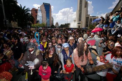 Aspectos de la Marcha Zombie que se realizó del Monumento a la Revolución al Zócalo.