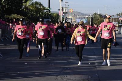 Largas filas de corredores y corredoras ataviados con ropa deportiva y camisetas rosas, disfrutaron del bulevar Independencia apenas saliendo el sol.