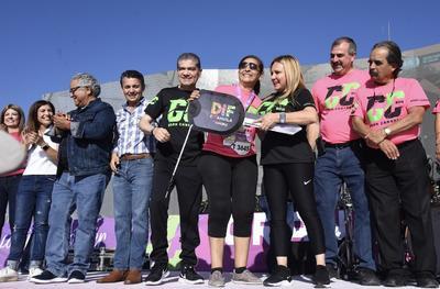 En un ambiente festivo y de convivencia familiar, este domingo en punto de las 7:30 de la mañana, el gobernador Miguel Riquelme dio el banderazo de salida a los participantes de la carrera 'Coahuila Fuerte Contra el Cáncer 2019'.