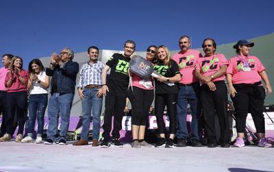 Acompañado por la presidenta del DIF Coahuila, Marcela Gorgón, dio la bienvenida a los corredores en la modalidad de Discapacidad y en 5 y 10 K.