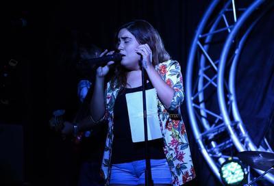 La velada comenzó a las 11:00 de la noche con Valeria Cádernas, cantante lagunera que participó en La Voz México.
